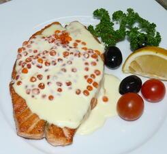 Филе лосося со сливочно-икорным соусом