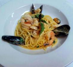 Спагетти с морепродуктами в белом сливочном соусе