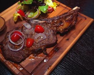 На «мясе»: 10 заведений, где можно поесть стейки в Астане