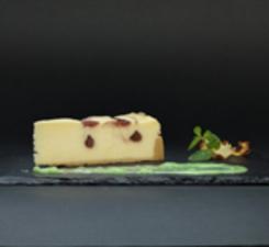 Чизкейк малиновый с фисташковым соусом