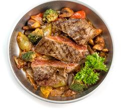 Медальоны из говядины с овощами
