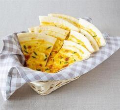 Луковая лепешка с сыром